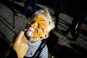 Adam Haglund 3 1/2 år satt blixtstilla i väntan på att Rebecca Madsen skulle förvandla honom till en tiger.