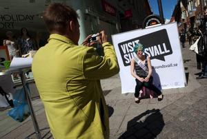"""Anjelica Olovsson har stannat till och blir fotograferad till tävlingen Miss Visit Sundsvall. """"Vinner jag en biljett till gatufesten kommer jag naturligtvis att åka till Sundsvall i sommar, annars blir det förmodligen bara en tur till Birsta någon gång"""", säger Anjelica. Foto: Håkan Luthman"""