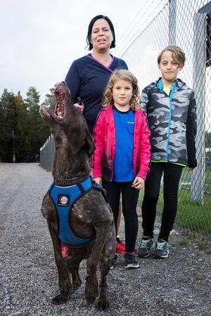 Väl på plats är hundarna ivriga och ropar efter att få komma iväg. Eftersom sporten bygger på samarbete är det en sport som många kan delta i, oavsett ålder.