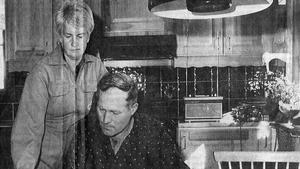För lantbrukarparet Lennart och Margot Johansson blev resultatet av strålningsmätningarna en chock. Gräset på deras gård uppvisade den högsta radioaktiviteten i Västerås kommun, mer än 20 gånger det tillåtna gränsvärdet för bete. Papperskopian av den här bilden gick inte att hitta, därför får ni nöja er med den här sämre kvaliteten av en inscannat tidningssida.