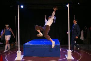 Floppstilen tränas över allt högre ribbor för den unge Patrik. Lisa Tremmel, Emil Roos Lindberg och Jon Karlsson.   Foto: Hossein Salmanzadeh