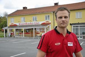 Till salu. I ett år har Mattias Rudenvall drivit affären i Vedevåg tillsammans med sin fru Rosemarie. Eftersom familjelivet tar för mycket stryk av allt arbete har de nu bestämt sig för att sälja.