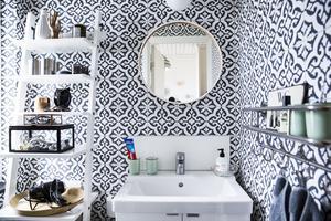 Först trodde vi att det var marockanskt kakel i lilla badrummet. Men det är en tapet.