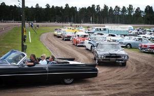 Tusentals bilar startade cruisingkvällen från travbanan. Foto: Dennis Pettersson/DT