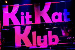Nattklubben Kit Kat har byggts upp på Maximteaterns scen.