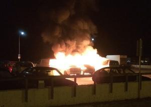 Brandförloppet på bilparkeringen i Nacksta blev häftigt. Fyra bilar förstördes vid branden som räddningstjänsten misstänker är anlagd.