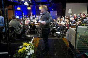 I väntan på att få göra sin entré på scenen för sitt eget anförande lyssnade Peter Hultqvist bland annat på ÖB Sverker Göransson.