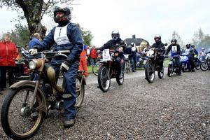 Nostalgi. Många gamla mopeder puttrade iväg i lördagens mopedrally. Det ska vara gammalt, annars får det vara, tyckte en del.BILD: JESSICA UHLIN