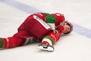 Robin Johansson grinade illa då han föll offer för matchens första fula tackling – utdelad av Niklas Pavel. Foto: Elin Bergvik Eriksson