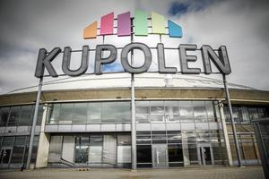 En ung kvinna har åtalats misstänkt för stöld och snatterier som ska ha skett på Kupolen i Borlänge den 1 maj i år. Kvinnan förnekar gärningarna.