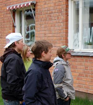 Kritiska. –Hoppas att det går att få bort färgen innan barnen som har de här klassrummen kommer tillbaka till skolan, sade Björboungdomarna.