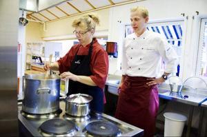 Lillian Jonsson och Johan Andersson diskuterar mat i köket på Tallgläntan, Hackås.