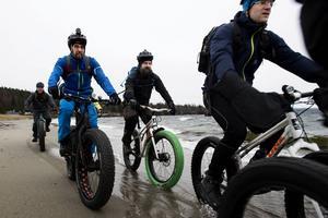 Med start i Gullvik och via stränder och stigar tog cyklisterna sig till Krokalviken, därefter Ottelandet och sedan Fjälludden på Genesön.