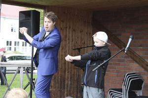 Trollkarlen Jakob Ljungkvist trollband publiken på Vallsta Marknad. Här har han fått hjälp av en pojke ur publiken. Foto:Ulf Engström