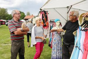 Bert Hedlund har diskuterat med kunder i 40 år, här med Lena och Putte Lönneberg.
