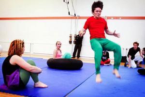 """Andreas Grigoriadis går in för landning framför Emma Hörnell och Helena Lundvall i repetitionerna för """"Nu knycker vi tältet"""" ."""