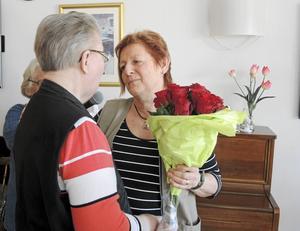 Irene Andersson, till vänster i bild, överlämnar en bukett rosor till Ingegerd Calles Högosta.