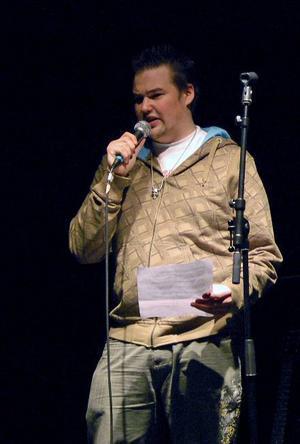 Tal. Borlängebor mot rasism håller ofta tal i samband med olika politiska manifestationer. Här talar Christian Skogstad på Arenan i Falun.