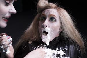Anna Pareto drabbas av pajkastning i rollen som Ingrid.
