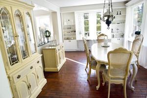 I matrummet alldeles intill köket äter familjen alla sina måltider.