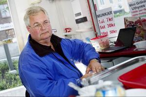 Göran Hemmingsson, 58 år från Östersund vill gärna ha räkningen i brevlådan.– Jag betalar både via internet, autogiro och bankgiro. Jag tycker det är skönt att ha ett bevis på att man har betalat, säger Göran Hemmingsson.– Alla har ju inte datorer än, och många vill kunna hålla i räkningen i handen i stället för att se den på datorskärmen. Särskilt den äldre generationen.