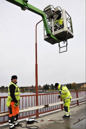 Alla lampor i vägbelysningen byts ut till energisnålare variant. Anders Eklund och Anders Svedestedt kurar i snålblåsten och där uppe i skyliften finns Mikael Högström.