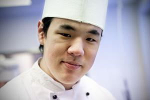 Peder Svensson trivs i rollen som kock och står nu redo för att inom kort börja jobba på Hemavans högfjällshotell.