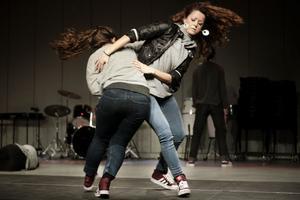 Melody Sheik och Karin Adam från dansorganisationen Devote inledde föreställningen tillsammans med tre andra dansare.