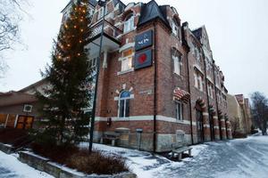 Östersunds brandstation har funnits i samma hus i 98 år. Nu ska man flytta           till gamla ATS-området. Men innan flytten hann personalen med en sista utryckningsfest – som gick fullständigt överstyr för några av deltagarna.Foto: Jan Andersson