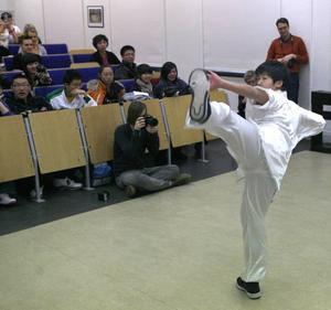 Wei Yaocen från Kina visade prov på kung fu för elever på Vasaskolan i går.