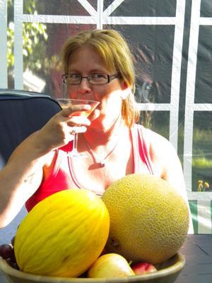 Tjejfest hemma hos en väninna. Bibbi sitter och smuttar på en martini och fruktfatet bara ville vara med på bild.