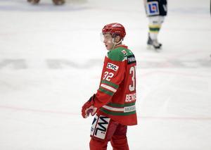 Men det är hårt virke i spelskicklige MIK-backen Bengtsson och han om tillbaka till matchen efter lite