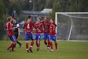 BKV jublar efter 5–2-målet.