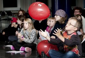 Utrustade med Rädda Barnen-ballonger kunde barnen följa Cirkus Diecks artisteri.