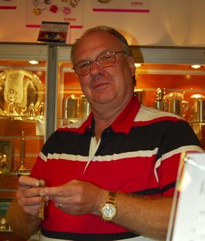 Kvar i gallerian. Enligt Torbjörn Roos kommer konkursen av aktiebolaget inte att påverka verksamheten i butiken Roos Ur & Guld som sedan december i fjol drivs som enskild firma. Foto:Dan Havemose