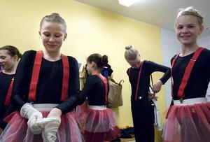 Magda Lindblom och Matilda Karlsson gör sig i ordning