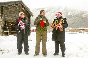 Britt Engstrand och Barbro Källmark från Funäsdalens byalag flankerar Erika Enckell som fanns på plats i Funäsdalen för att sälja härjedalsproducerad mat.