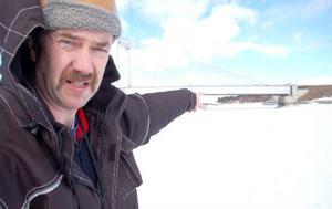 """""""Under bron är det massor av skoterspår. Därborta är isen tunn eftersom det kommer ut en dagvattenledning"""", säger Jan-Erik Löfvenberg och pekar med handen."""