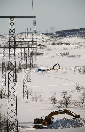 Längs kraftledningen mot Norge står grävmaskinerna på rad, totalt används 50 grävmaskiner i bygget. Vintervägen följer den gamla 275 kilovoltsledningen som rivs när den nya blir klar.