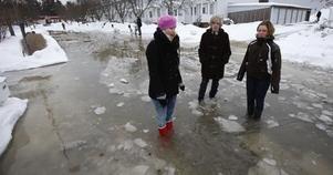 De som slapp oroa sig för vattenskador kunde ta översvämningen med ro. Freja Oldeen, Johan Hillborg och Frida Larsson passade på att testa sina stövlar.