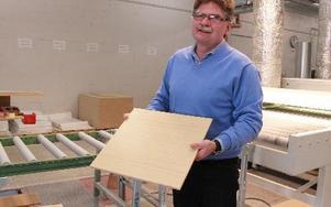Vd:n Samuel Enqvist visar ett färdigt resultat, en panelskiva som ska till ett kontorshus intill Friends Arena.