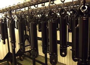 Huvudprodukten. Årligen tillverkas 30 000 hydraulcylindrar vid Järnafabriken, en produkt som står för 22 miljoner av den årliga omsättningen.