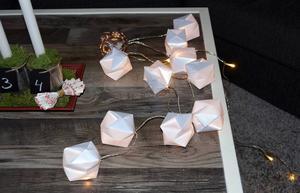 Ljusaskar av papper blir fina på en ljusslinga. Ganska enkla att göra och man kan använda vanligt A4-papper.