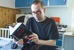 – Jag försöker peta i det psykologiska, jag vill se hur människor reagerar i olika situationer. Jasna är en spänningsroman men även ett psykologiskt drama, säger Micael Lindberg i Linsell.