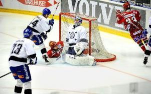 Här gör Gustav Possler 1–1 på Leksand i box play efter en jättetavla av Oscar Ahlsenfelt. Foto: Maria Edstrand