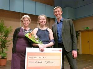 Årets Dalasolist 2017 Paula Sjöberg flankerad av Karin Holdar, länsmusikchef Musik i Dalarna, och Gabriel Lindborg, rektor vid Musikkonservatoriet Falun.
