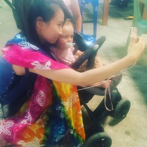 En kinesisk turist passar på att ta en selfie med Edith 1.