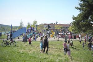 400 barn lekte i solen under Fritidshemmens dag.