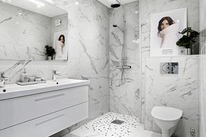 Badrummet är renoverat med marmorimitation från Italien.Foto: Hoome mäkleri