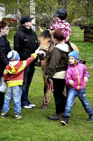 Populär pålle. Vid Lions valborgsfirande på Verners Backe ringlade kön till ponnyridningen lång.